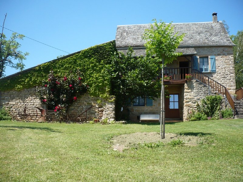 Maison typique, indépendante, au calme, dans le nord Aveyron, holiday rental in Montpeyroux