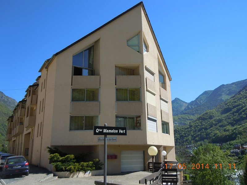 Cauterets centre T2 vue imprenable montagne 2 à 5 personnes, vacation rental in Cauterets