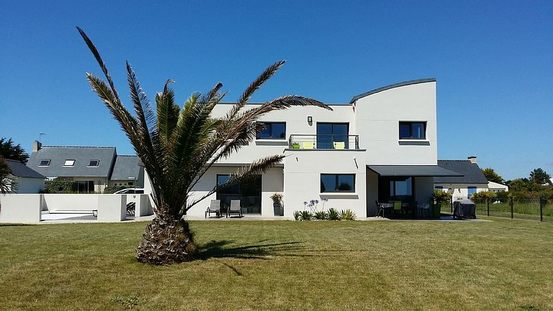 Beautiful contemporary villa in Loctudy with pool and garden, vacation rental in Loctudy