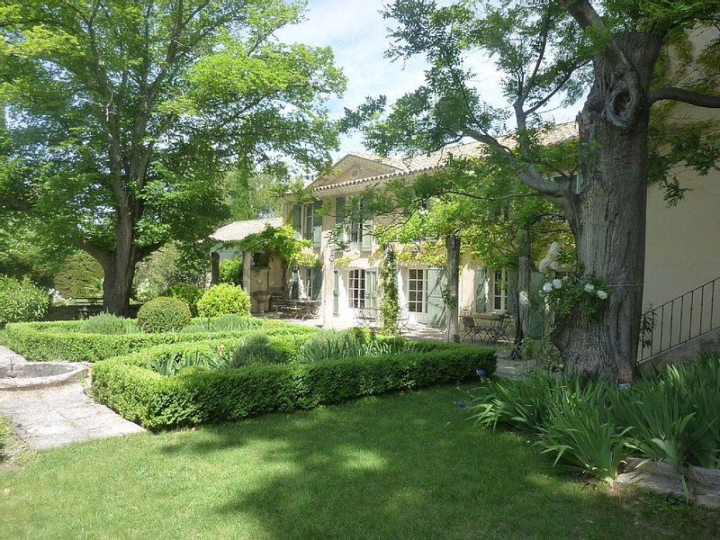 18th century family House , in quiet 5000 acres park of old trees,olive orchards, holiday rental in Saint-Hippolyte-le-Graveyron