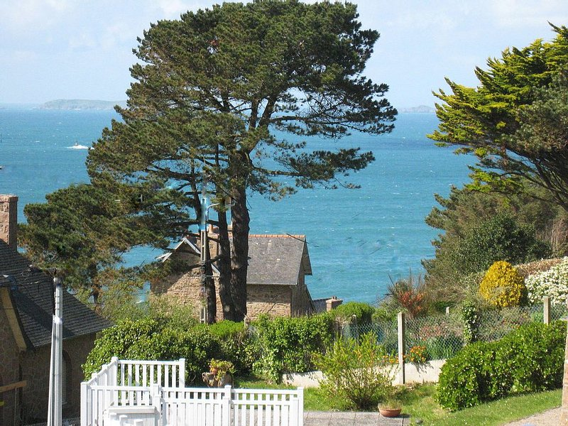 Perros Guirec, Côte de Granit Rose, 100m Sea view beach 'La Maison d'Emma' ', location de vacances à Perros-Guirec