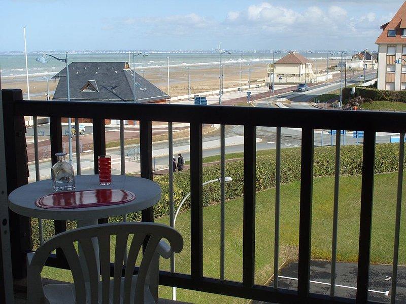 Grand studio vue mer, loggia.A proximité immédiate de  la plage surveillée., vacation rental in Deauville