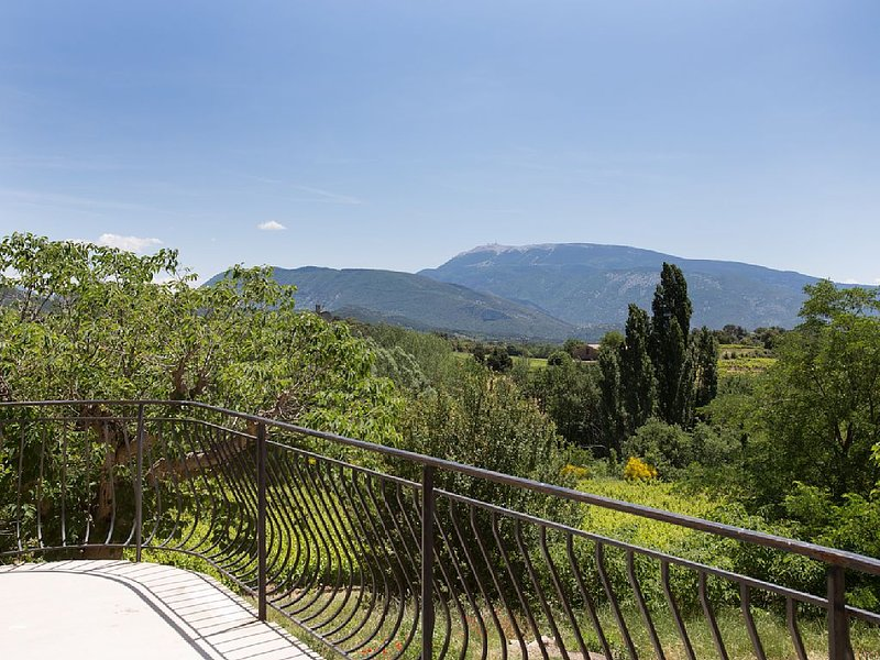 farm in the hills facing Mount Ventoux exceptional panorama, vacation rental in Faucon