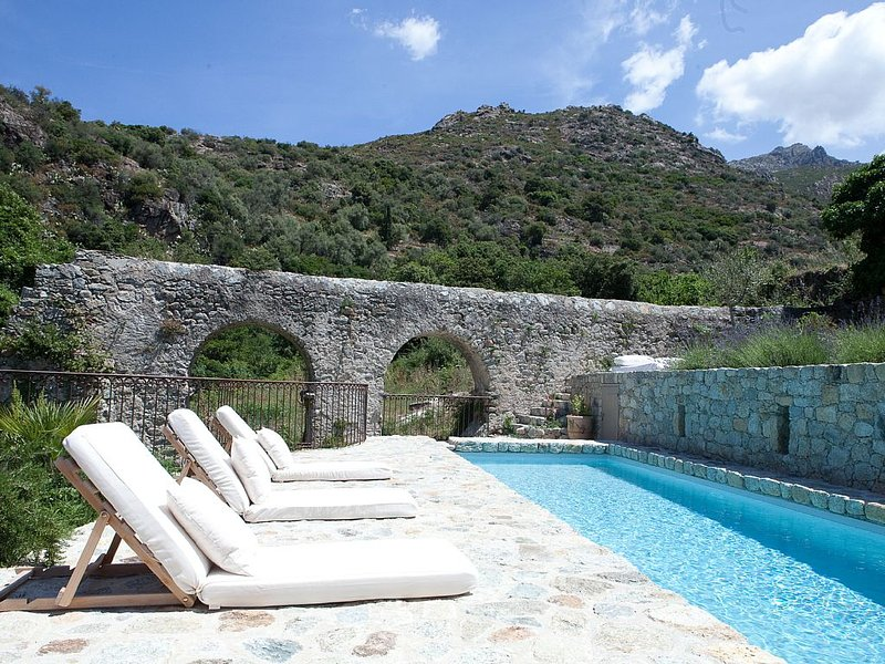 At the heart of the Balagne, beautiful Corsican traditional house., location de vacances à Pietralba