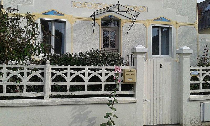 Jolie villa 5 mn à pied de la plage, jardin. Au calme. Gare, commerces, à pied, alquiler vacacional en Longueville