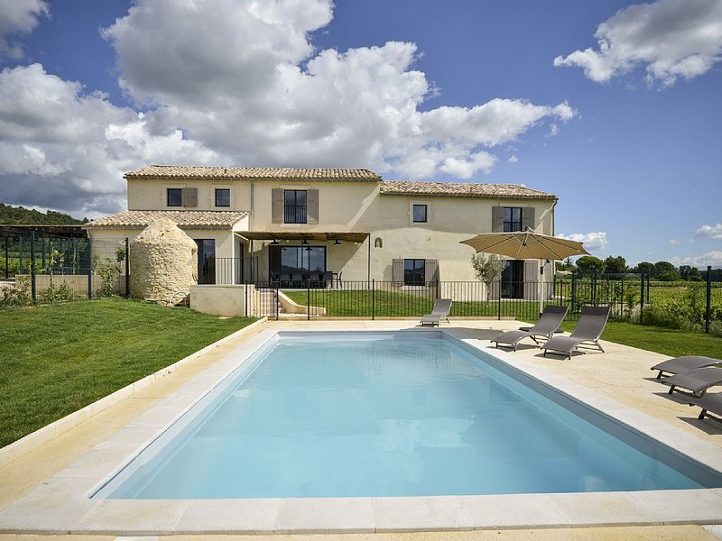 renovated farmhouse, private pool, Provence, Cèze Valley, 30km Uzes and Avignon, holiday rental in Bagnols-sur-Ceze