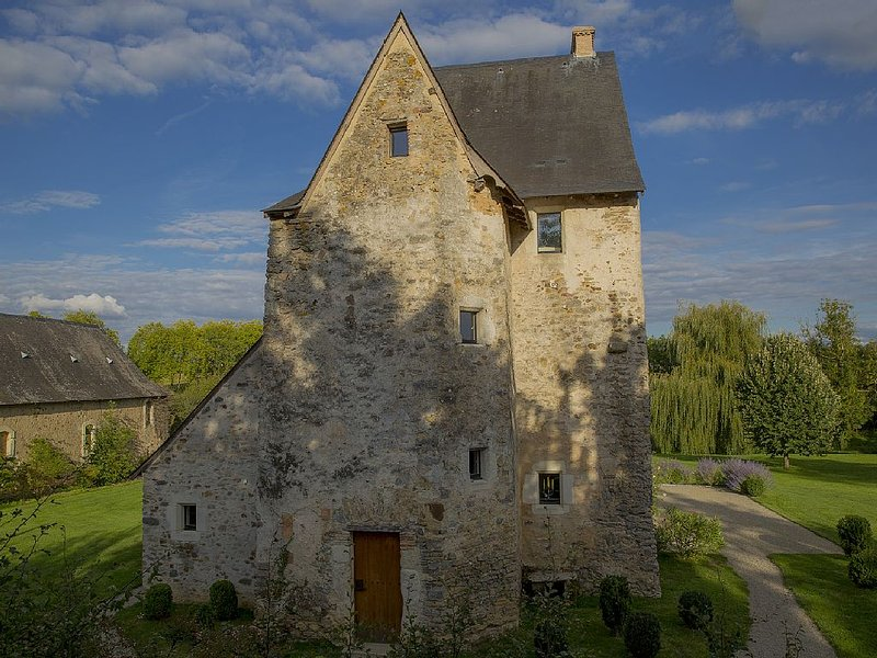 Tour Saint-Michel sur le site de l'ancienne abbaye cistercienne de Bellebranche, location de vacances à Sable-sur-Sarthe