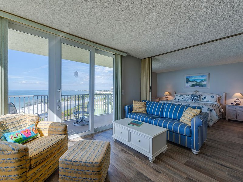 New Listing! It's all about the view..Beach Condo with Stunning Direct Gulf View, location de vacances à Fort Myers Beach