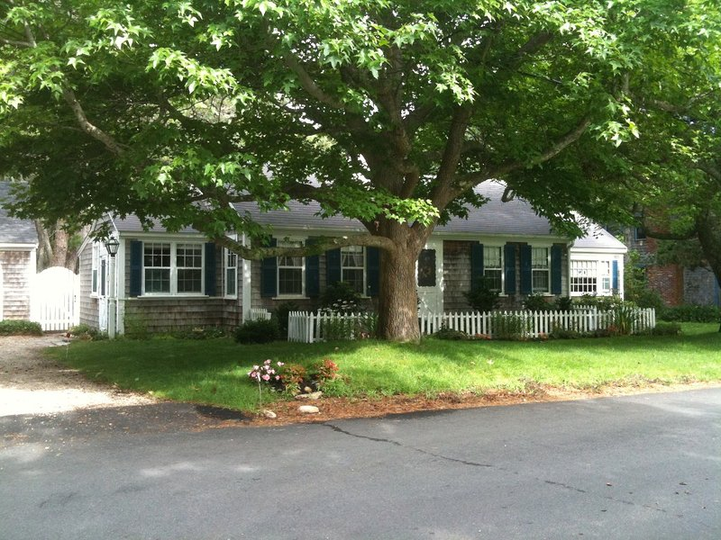 Charming Cape Cottage in Chatham, 2 Min From Beach (Vacation Safe), Ferienwohnung in South Chatham
