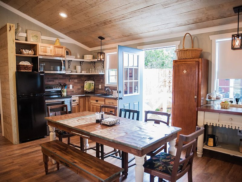 NEW! Gorgeous Hill Country Cottage:  gathering place for friends & family!, vacation rental in Dripping Springs