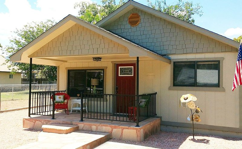 Charming Vintage Cottage -Walking Distance to Old Town Cottonwood!, holiday rental in Cottonwood