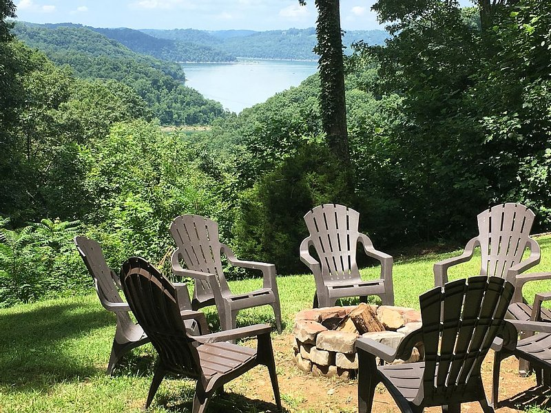 5 BR, 3 Private Acres with Lake View, Hot Tub, 2 Fireplaces, Pingpong, Cornhole!, holiday rental in Silver Point