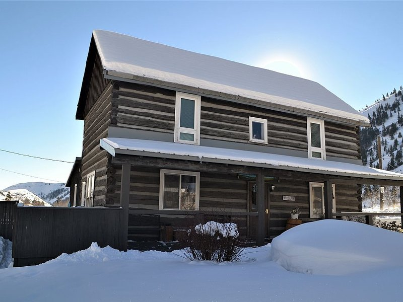 American Homestead Log Cabin with Gorgeous Scenic Views!, holiday rental in Selah