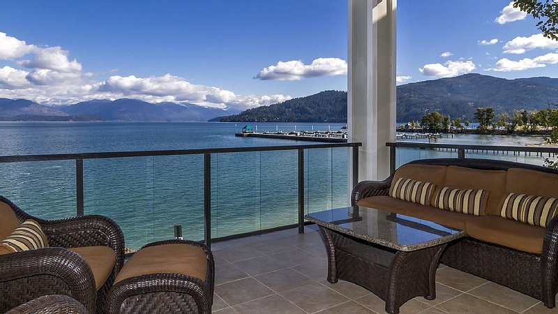 Luxury Lakefront Condo at the Seasons Resort in Sandpoint!, vacation rental in Kootenai