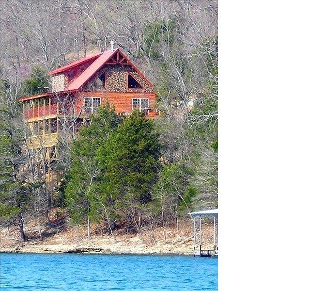 Waterfront Paradise, Log Cabin on Beaver Lake minutes from Eureka Springs!!!, holiday rental in Eureka Springs