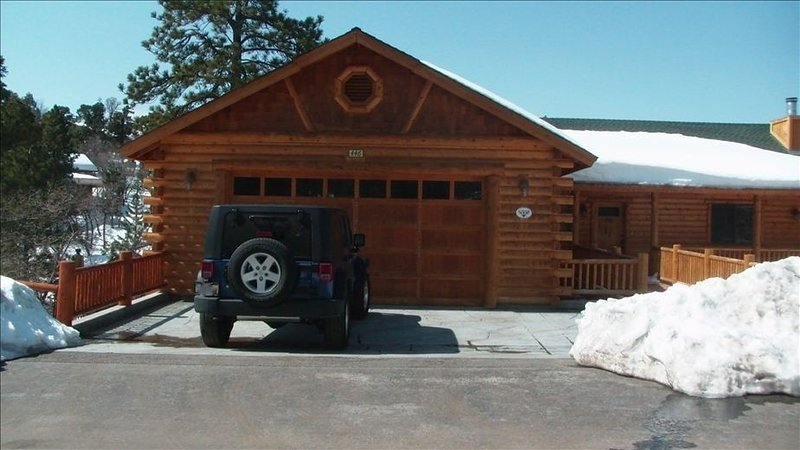 Beautiful/Spacious Log Cabin w/Jacuzzi, Pool Table, Bar and lots more, alquiler de vacaciones en Big Bear City