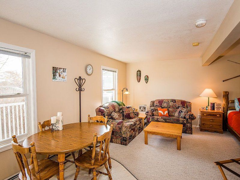 Spacious, comfortable, Bridger Mountain views, and Hot Tub!, holiday rental in Four Corners