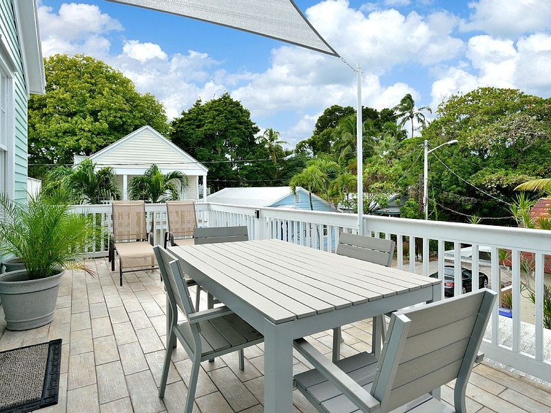 Soak up the sun in one of the loungers or enjoy dining outdoors. - Soak up the sun in one of the loungers or enjoy dining outdoors...