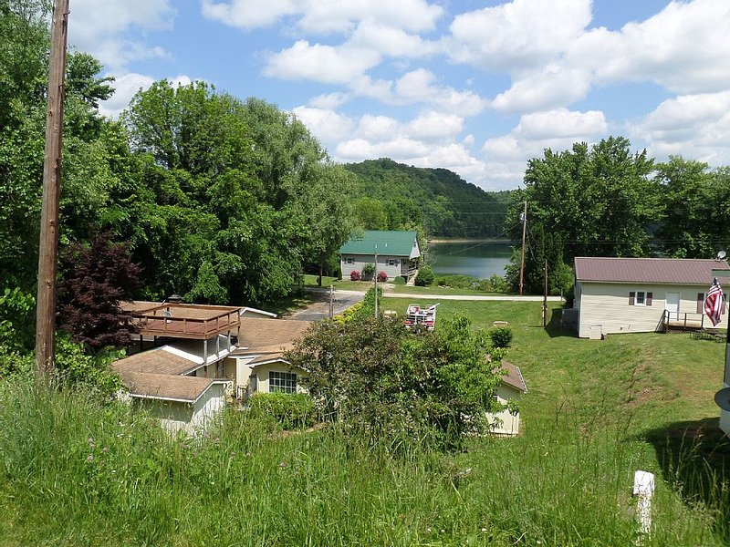 Cookeville-Center Hill-FAMILY or FISHING Vacation-SLEEPS 8-Lake Access-NICE, holiday rental in Silver Point