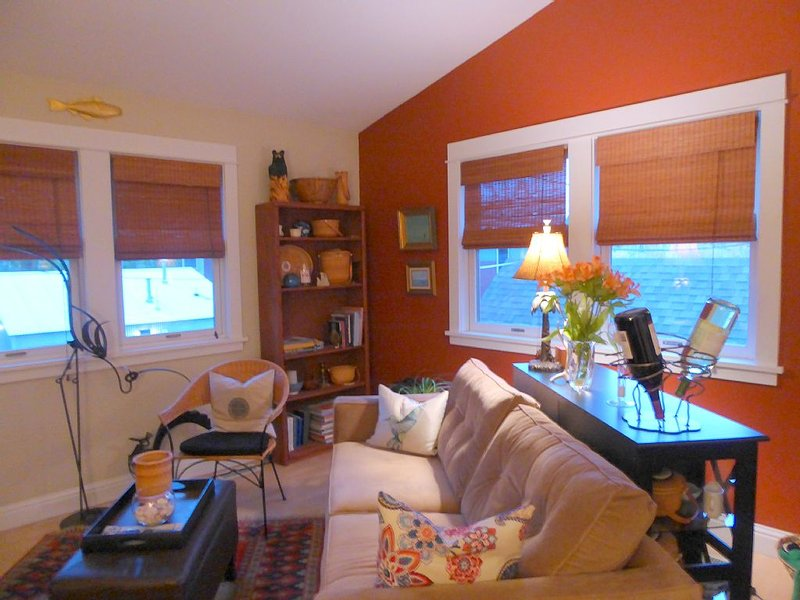 Elegantly Furnished Loft Apt, Near St Pat's Hospital, holiday rental in Missoula
