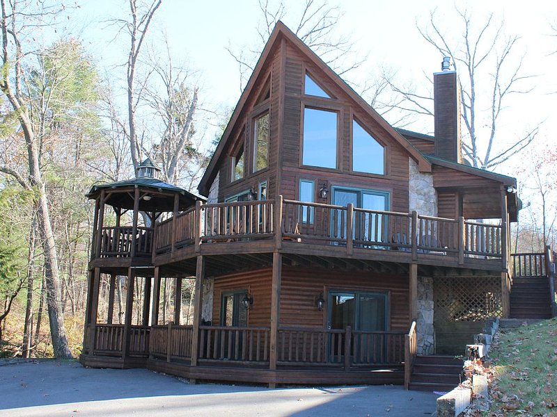Lovin Life Deep Creek 5 Bedroom Luxury Log Home w/ Pool Table & Hot Tub, location de vacances à Oakland
