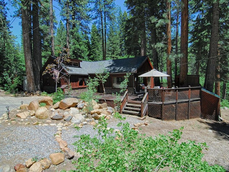 Quiet Forested Tahoe Cabin with Modern Updates, alquiler de vacaciones en Brockway