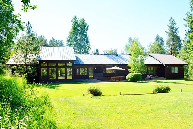 Total Seclusion in the City limit of McCall, sleeps 12 in beds. Huge Yard, location de vacances à McCall