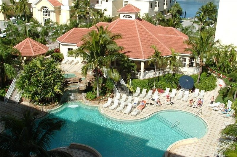 Spacious 3 Bedroom Condo*Walk to Vanderbilt Beach*Pool & Bay Views*WiFi Included, vacation rental in Naples