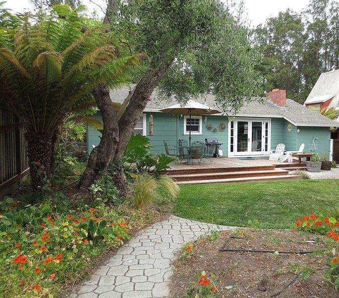 Charming Dog Friendly Beach Cottage with expansive back yard, alquiler de vacaciones en Soquel