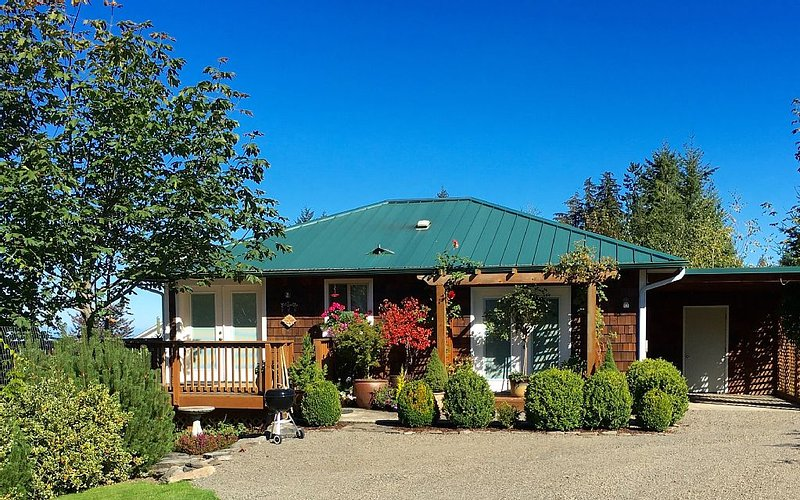 Mt. Pleasant Garden View Ranch Cottage with Panoramic Saltwater Views of BC, Ferienwohnung in Clallam County