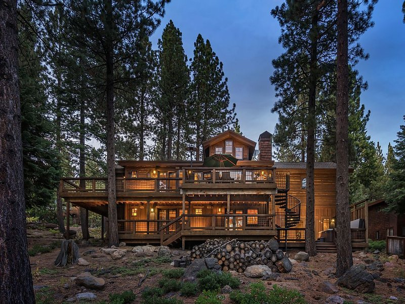 Luxury Tahoe City Home, Hot Tub, Pool Table, alquiler de vacaciones en Tahoe City