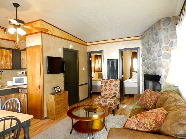 Budget Friendly! Downtown- next to Dining-Shopping-Skiing!, holiday rental in Red River