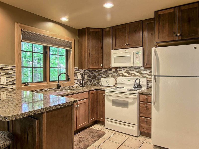Recently Remodeled Three Bedroom Condo Located in Disciples Village, location de vacances à Charlevoix County