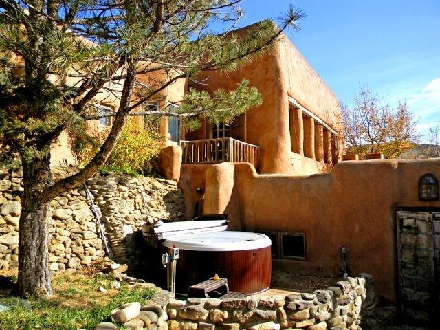 Adobe Hacienda Compound Historic (1790)  5 miles south of Taos Plaza., alquiler de vacaciones en Carson