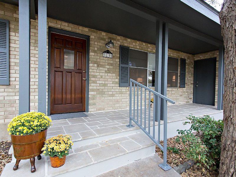 Great Location! 8 Blocks to Main St! Just completed stylish modern remodel!, alquiler vacacional en Luckenbach