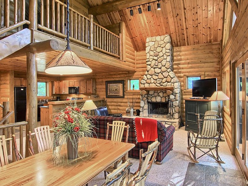 3BR Mountain Cabin - Skier and Golfer Paradise, Private, Sleeps 10, location de vacances à Boyne Falls