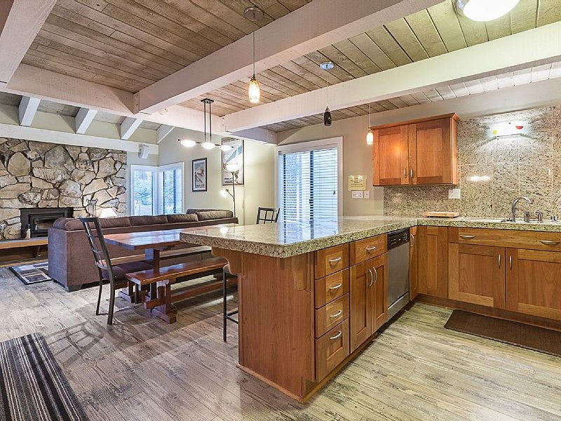 Luxurious Condo- Steps from the Village in Mammoth, alquiler de vacaciones en Lagos Mammoth