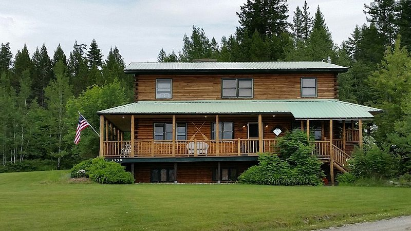 Large cabin sleeps 12 in beds while visiting NW Montana and Glacier., alquiler de vacaciones en Columbia Falls