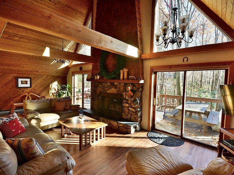 Cozy Family Retreat - 5-Minute Walk from Lake Harmony, Wi-Fi and Game Room, alquiler de vacaciones en Lago Harmony