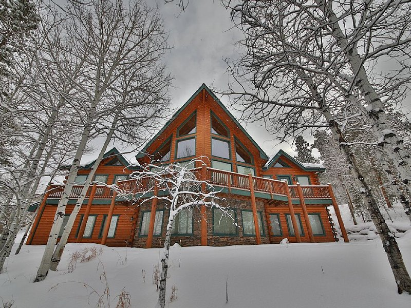 5BR Luxury Mountain Home Sleeps 10-15: Large Hot Tub, 3 Living areas, alquiler de vacaciones en Granby