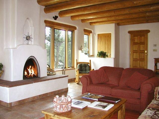 """Wood burning traditionell sydväst """"Kiva: öppen spis och mer över stora fönster för att fånga utsikten"""