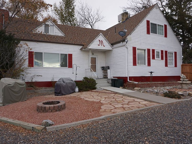 Events, Large Groups, Campers - Stay in This Historic Farm House!, holiday rental in Fruita