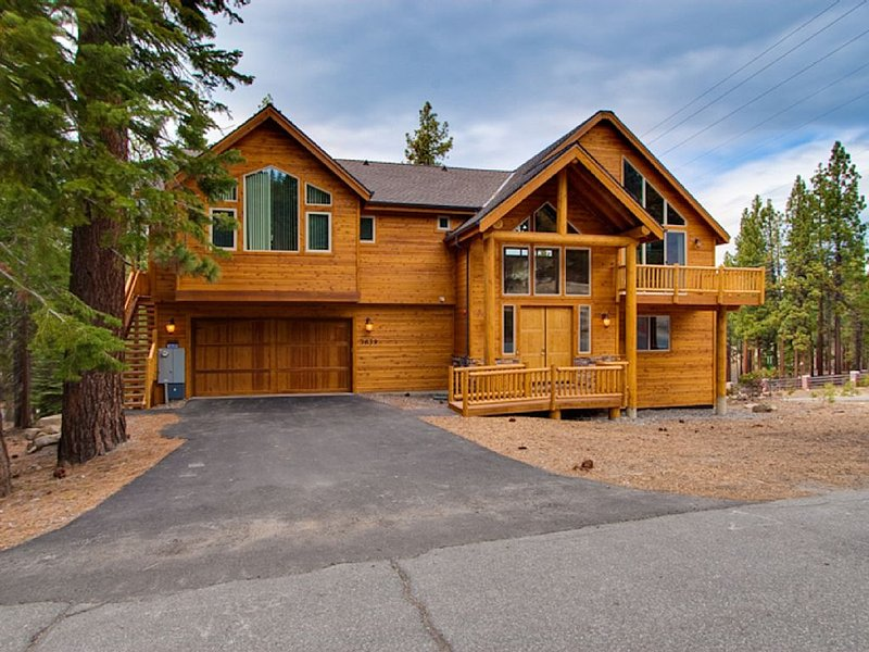 Heavenly Saddle Estate W/Home Theater & Indoor Pool/Pool Table/Hot Tub, alquiler de vacaciones en South Lake Tahoe