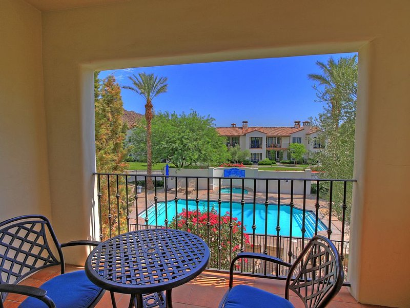 An Upstairs Legacy Villas Studio with a King Bed, Balcony and Mountain Views!, holiday rental in La Quinta