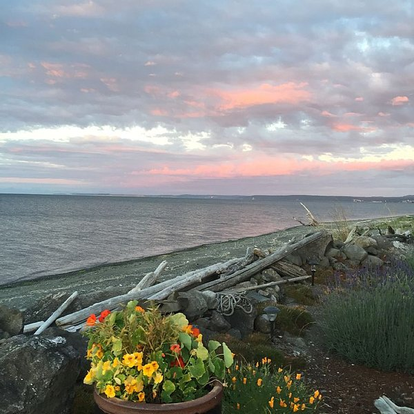 Beach Cottage Getaway-Dog Friendly!, vacation rental in Sequim