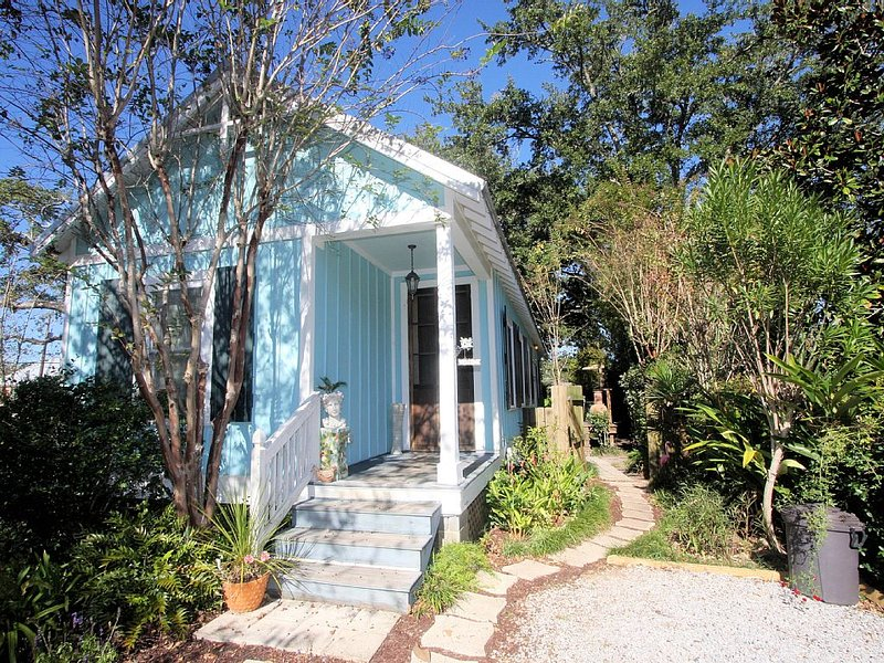 Boomas Cottage.  Affordable and Adorable.  One Block from Sandy Beach, casa vacanza a Bay Saint Louis