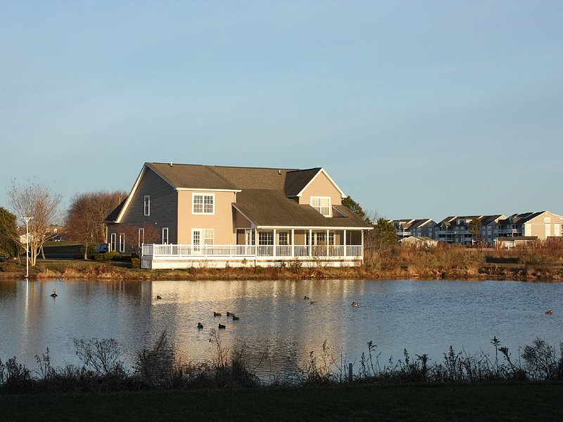 Gorgeous 6 Bedroom House Overlooking Golf Course And Water.  Sleeps 19!, holiday rental in Oak Orchard