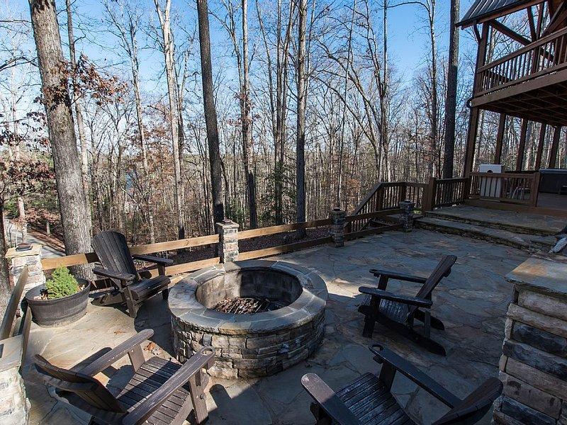 Family Adventure Headquarters: Great Fire Pit, Huge Porch, Near Town & Trails, location de vacances à Blue Ridge