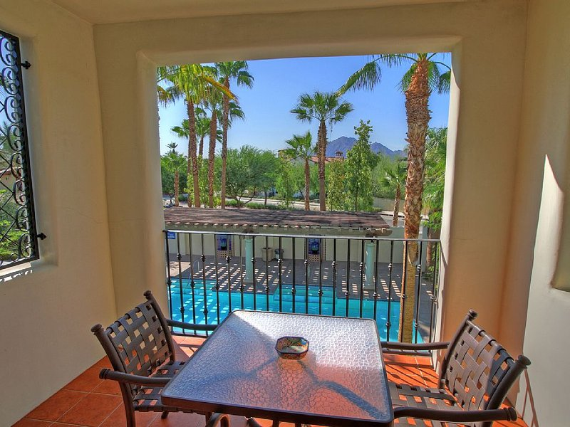 An Upstairs Legacy Villas Studio Overlooking the Community Lap Pool and BBQ!, holiday rental in La Quinta