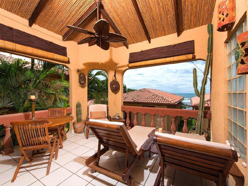Tastefully decorated beachside condo- cable, internet, a/c, shared pool, casa vacanza a Tamarindo